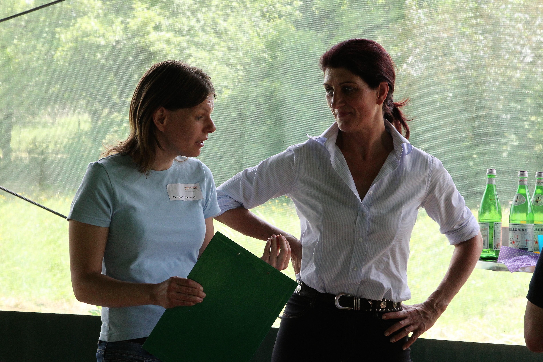 Seminarleiterin Margit Dellian mit Teilnehmerin