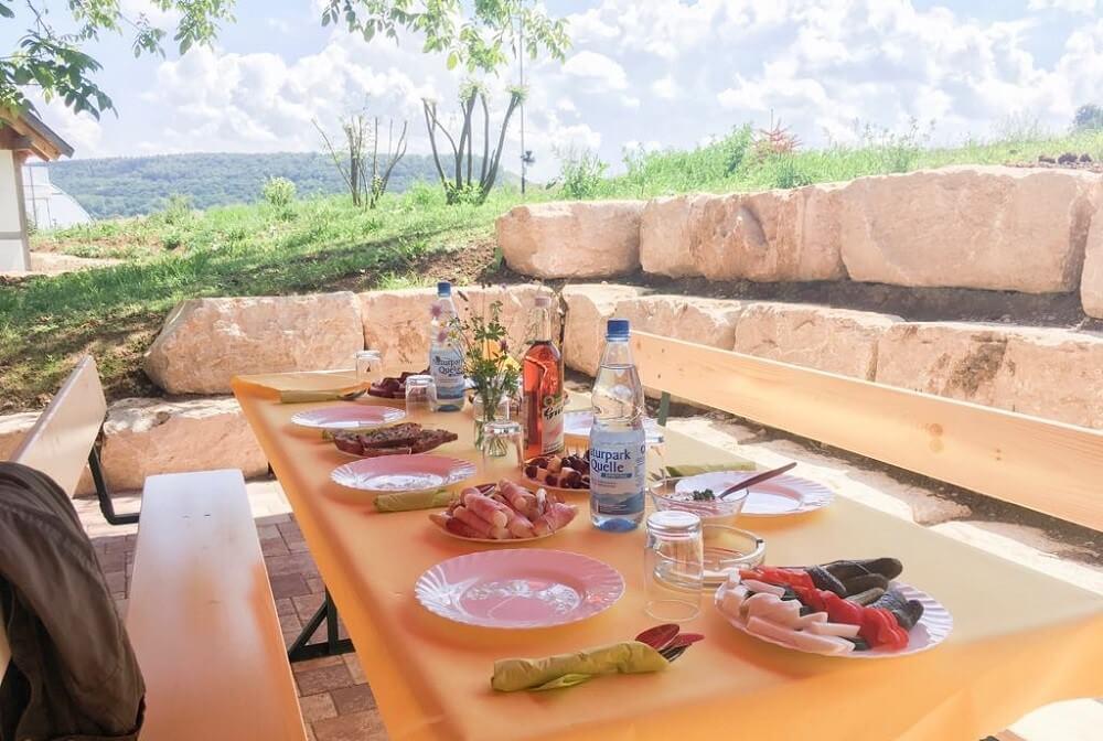 Hofcafe gedeckter Tisch